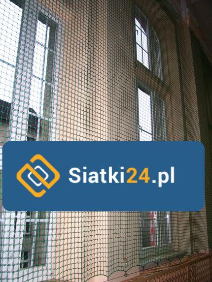 Ochrona okien na zewnątrz i wewnątrz budynków. Siatka na okna